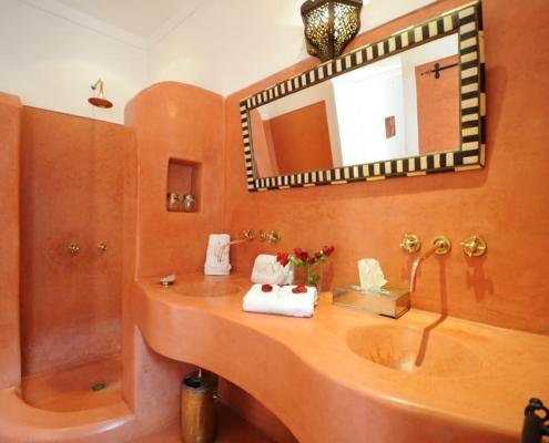 Bagno con pavimento lavandino e doccia in tadelakt rosso