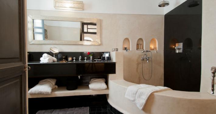 Bagno con tadelakt naturale e marmo nero