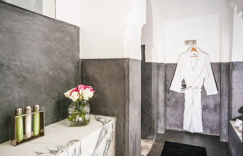 Bagno in marmo bianco e tadelakt nero