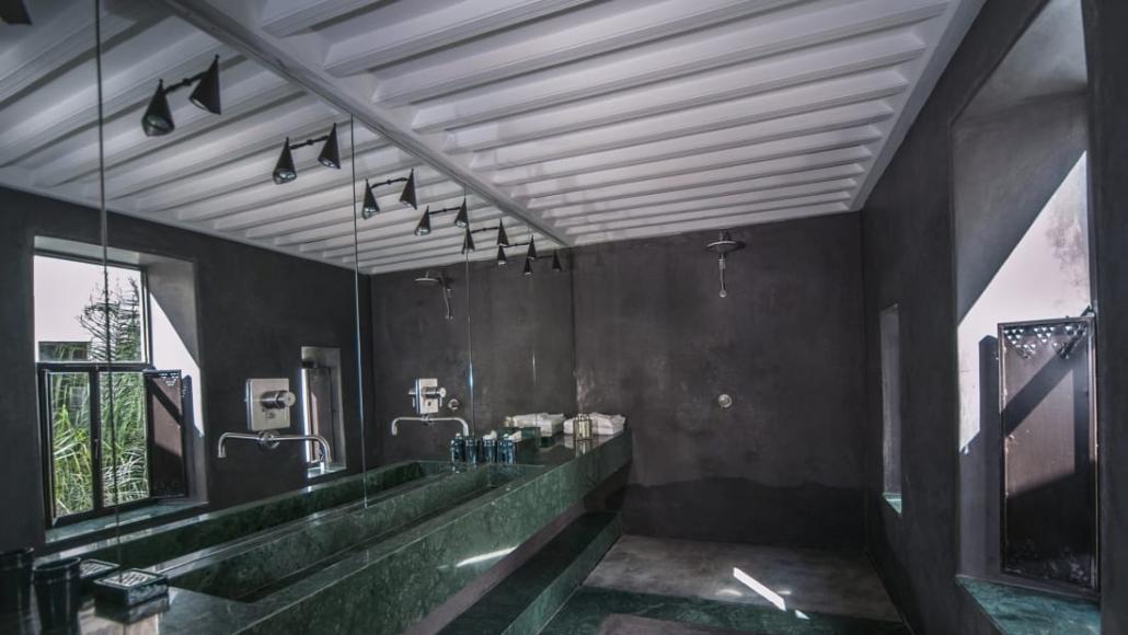 Bagno in marmo e tadelakt