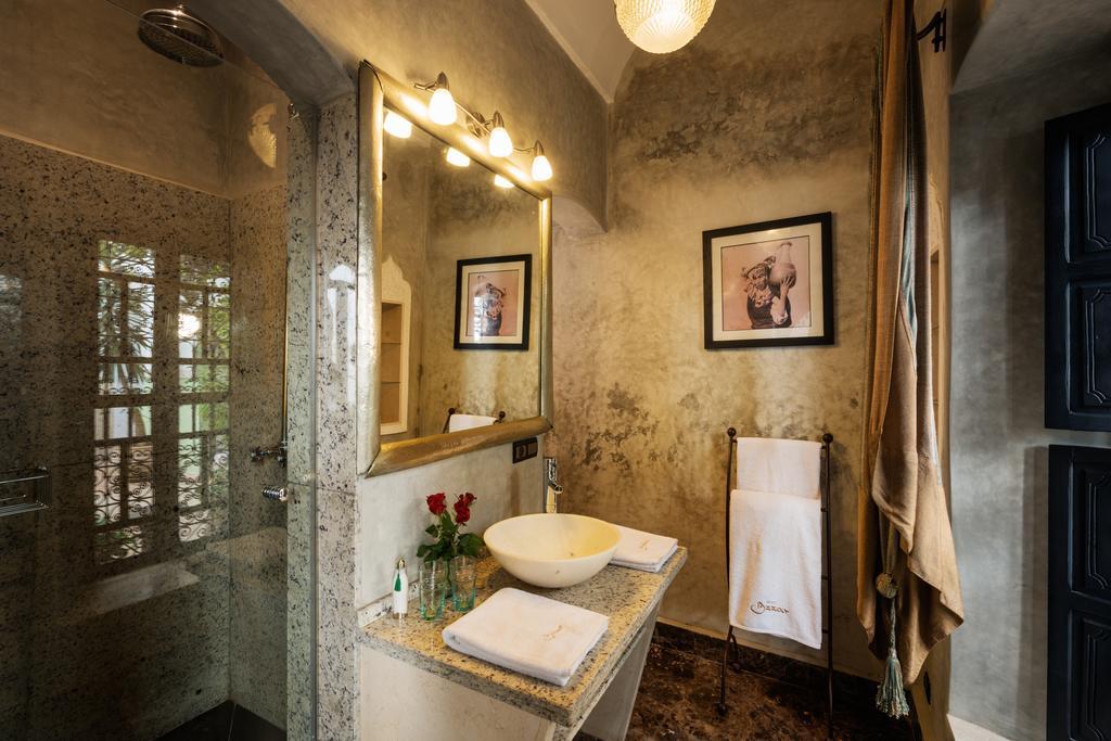Bagno in tadelakt e marmo puntinato