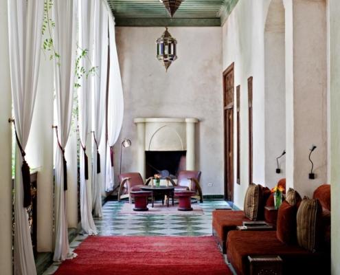 Sala centrale hotel con camino in tadelakt