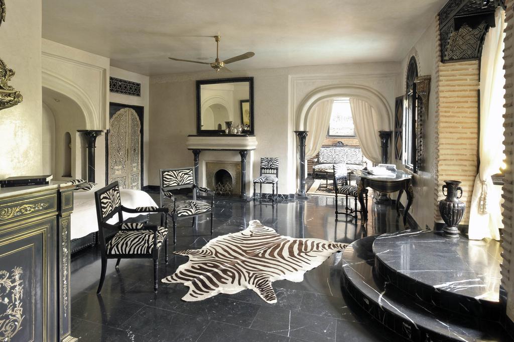 Stanza pavimento in marmo nero con pareti in tadelakt bianco