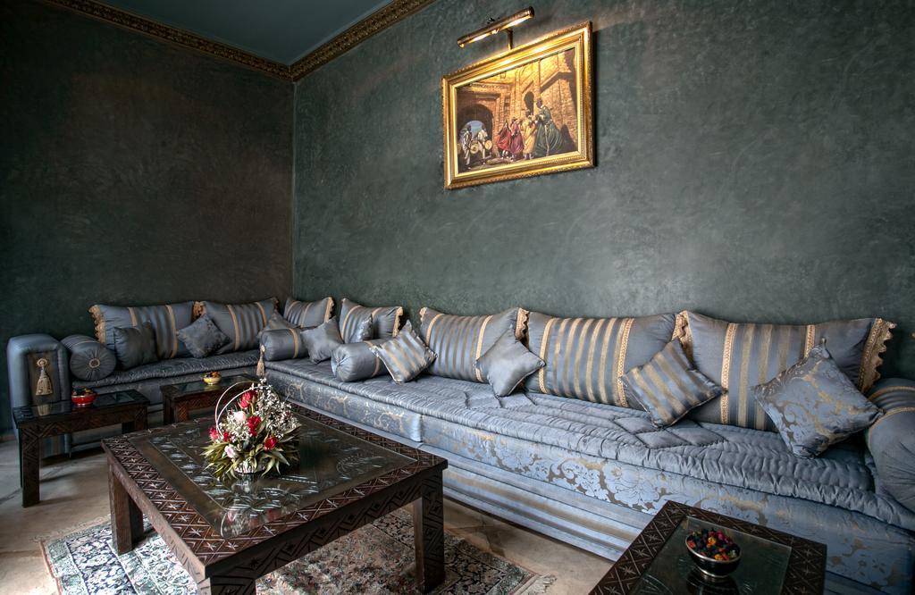 area relax con divano e pareti in tadelakt nero