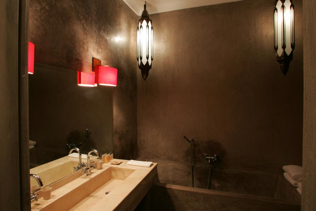 bagno bicolor in tadelakt bianco e nero
