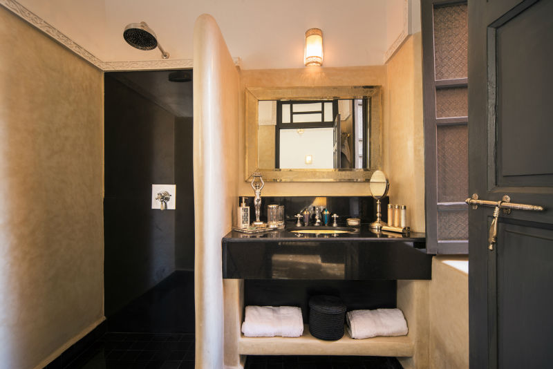 bagno combina tadelakt e marmo
