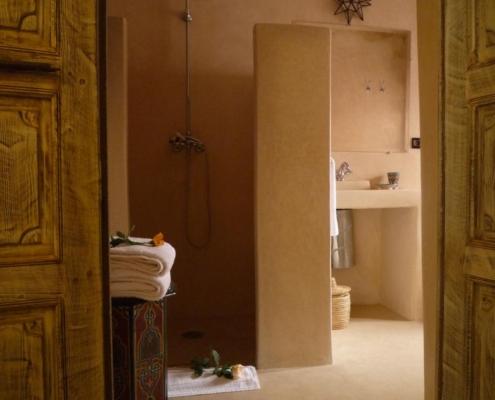 bagno completo con pavimento in tadelakt