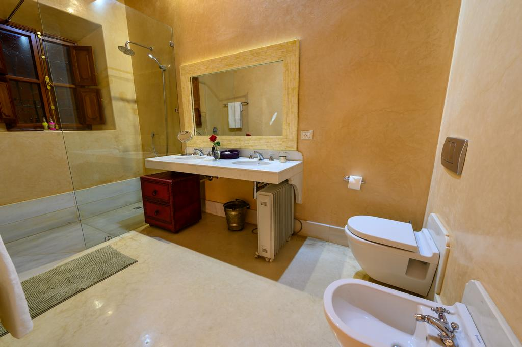 bagno con pavimento e pareti in tadelakt