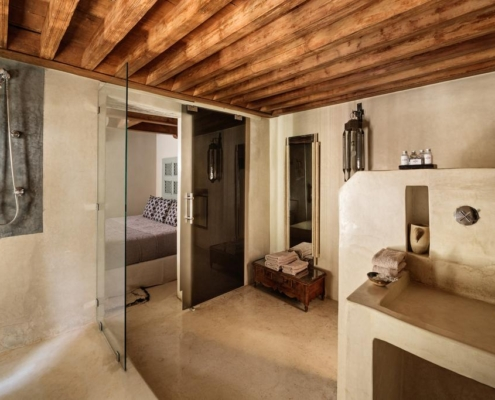 bagno con pavimento, pareti e lavandino in tadelakt naturale