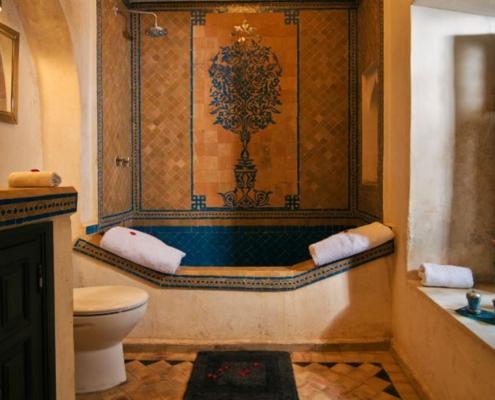 bagno con vasca in mosaico e tadelakt