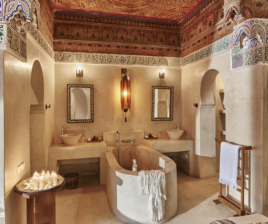 bagno in tadelakt con vasca centrale