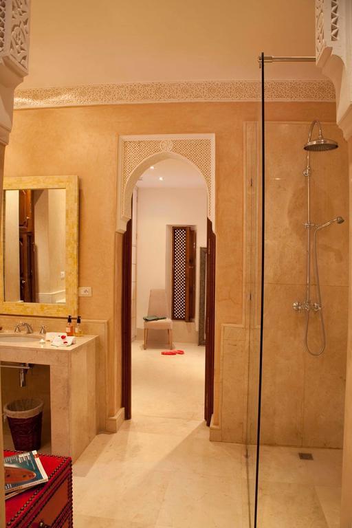 bagno in tadelakt e marmo
