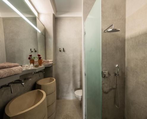 bagno in tadelakt grigio cemento