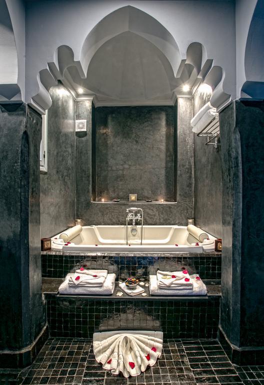 bagno in tadelakt nero con idromassaggio