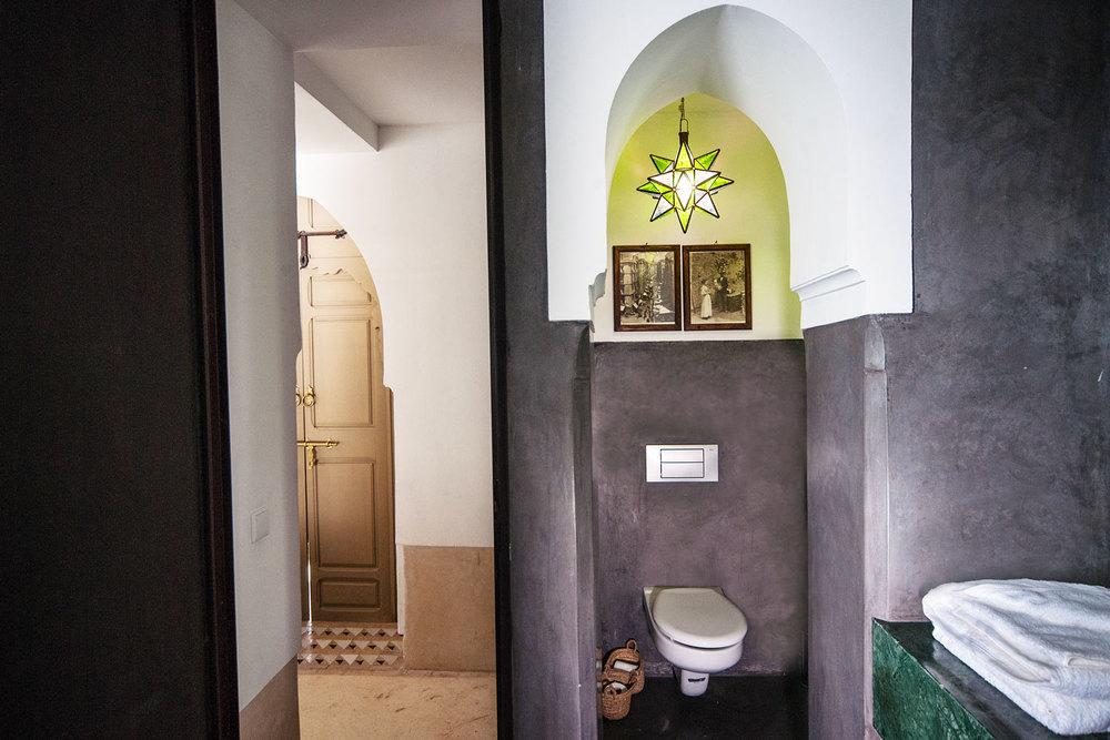 bagno in tadelakt nero e marmo verde