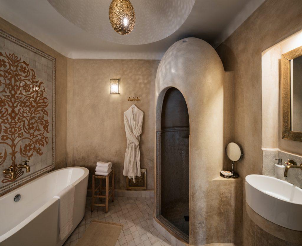 bagno tadelakt con vano doccia stile grotta