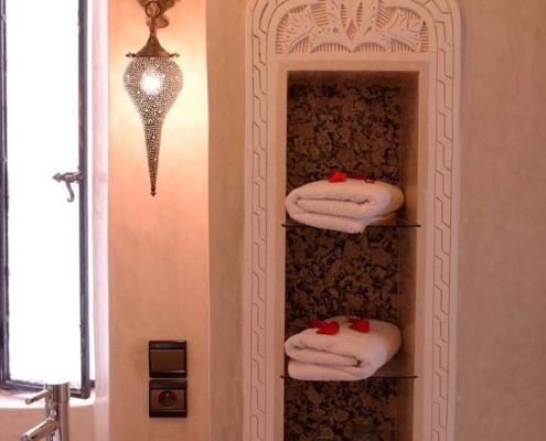 nicchia decorata in tadelakt e marmo