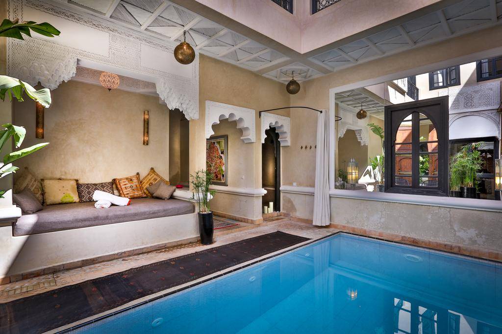 piscina con divano in tadelakt