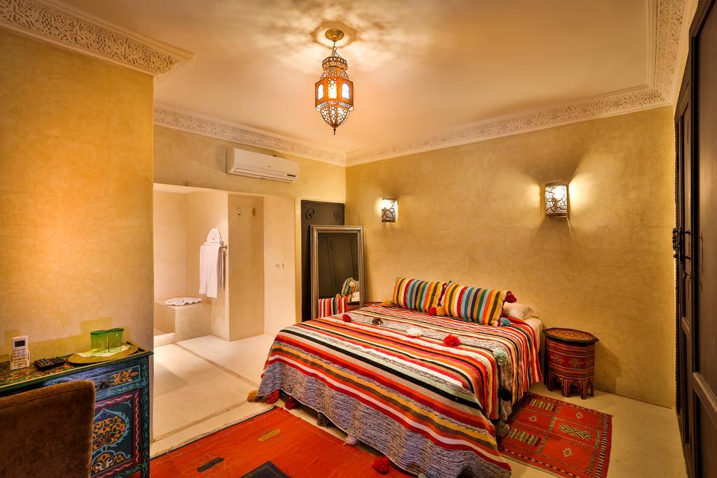 stanza completa di bagno in tadelakt naturale