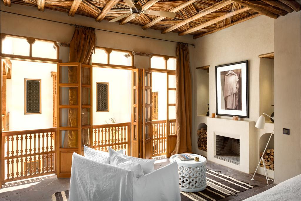 stanza con finestre in tadelakt naturale