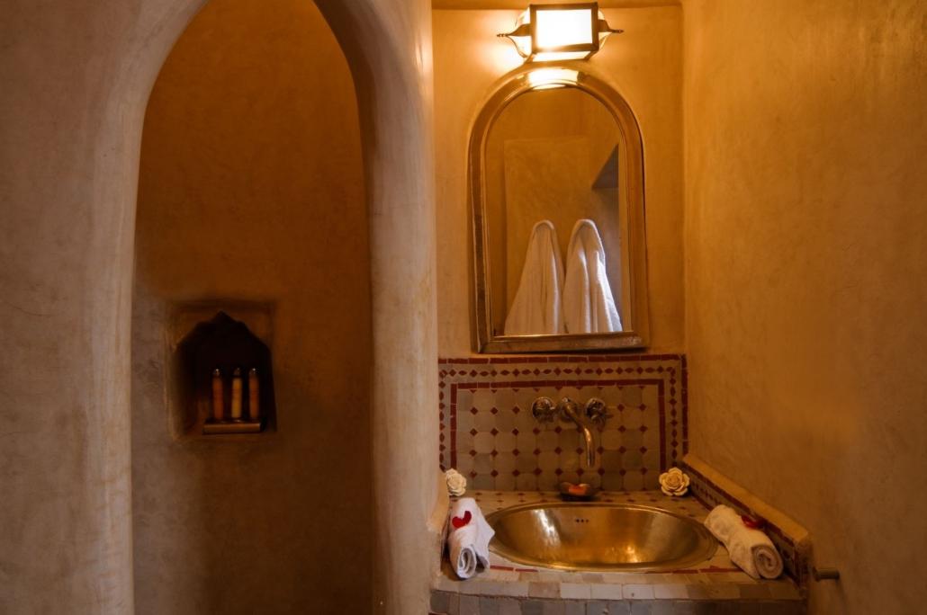 stanza da bagno in tadelakt con lavandino in mosaico