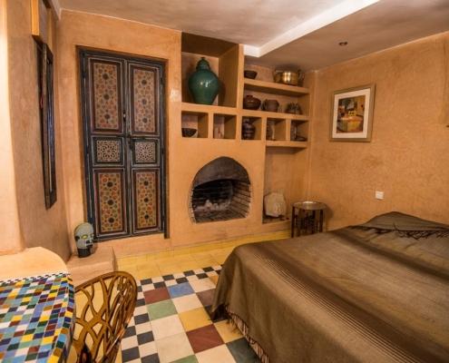 stanza da letto con nicche e camino in tadelakt