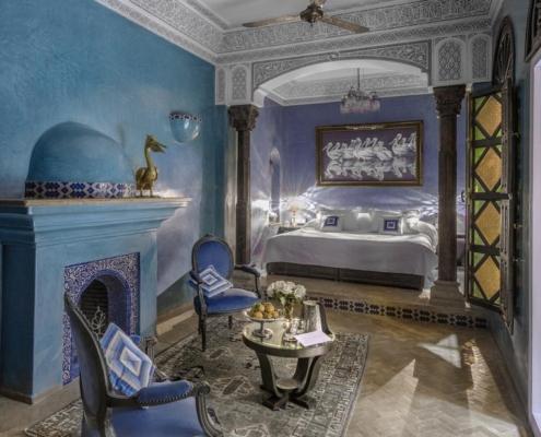 stanza da letto in tadelakt blu con camino